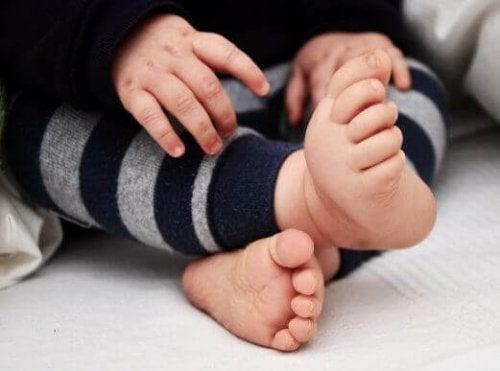Die Ursache von nach innen gedrehten Füßen ist meist der Platzmangel in der Gebärmutter