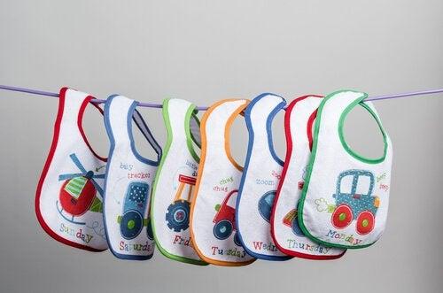 Kinderlätzchen sind oft in Mehrwegpackungen und in verschiedenen Farben erhältlich