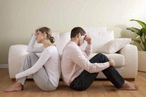 Eine zuvor vereinbarte Phrase kann hilfreich sein, um den Streit mit deinem Partner zu beenden