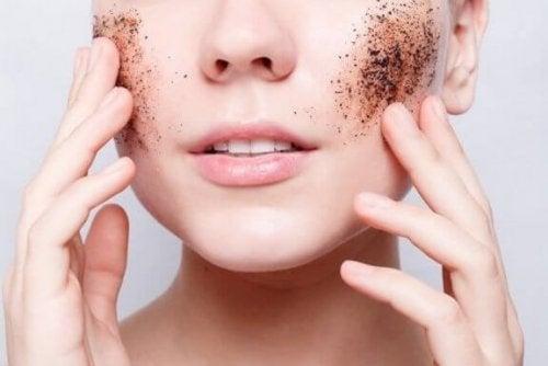Führe ein regelmäßiges Peeling für glatte und gesunde Haut durch
