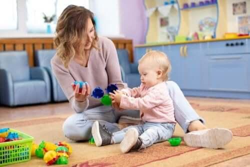 Baby Talk: Mutter spielt mit ihrem Baby
