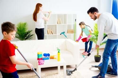 Im Haushalt helfen: Familie erledigt gemeinsam die Hausarbeiten