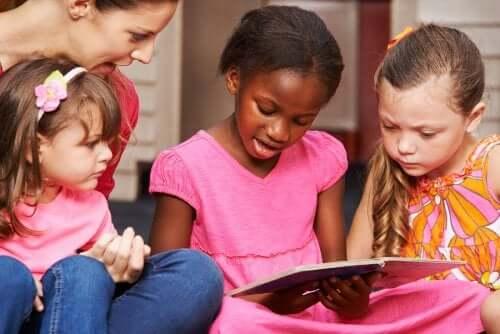 Kinder beim Lesenlernen