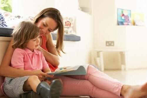 Mutter hilft Tochter beim Lesenlernen