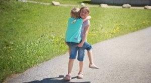 Mädchen trägt Schwester auf dem Arm
