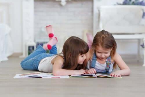 So kannst du deinen Kindern beim Lesenlernen helfen