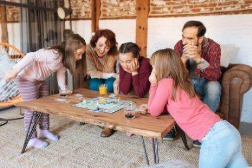 Brettspiele sind eine gute Möglichkeit, um symbolisches Denken bei Kindern anzuregen