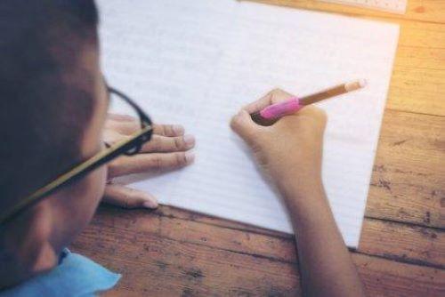 Um die Handschrift von Kindern zu verbessern, können wir als Eltern hilfreiche Aktivitäten anbieten
