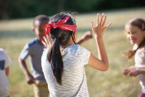 Inklusive Unterichtsaktivitäten helfen sowohl Kindern mit Sehbehinderungen, als auch den Kindern mit normalem Sehvermögen