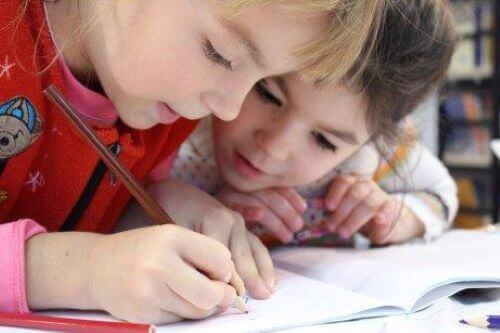 Bei der Handschrift von Kindern ist es wichtig, ein Auge auf die Proportionen der Buchstaben zu halten