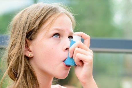 Ein Kind mit Asthma kann durch Sport von gesundheitlichen Vorteilen profitieren