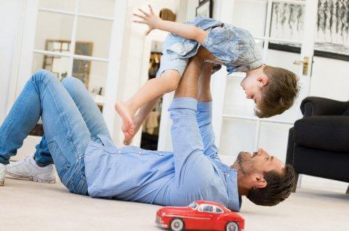 Die schmerzhafte Pronation bei Kindern kann auch durch einen Sturz verursacht werden