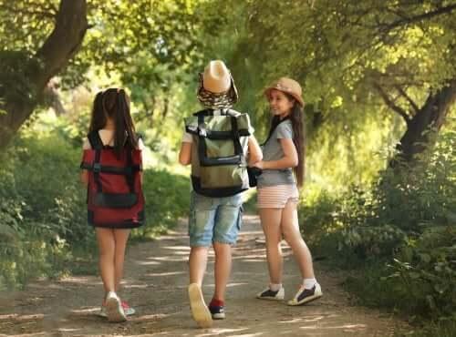 Im Ferienlager: Drei Mädchen wandern