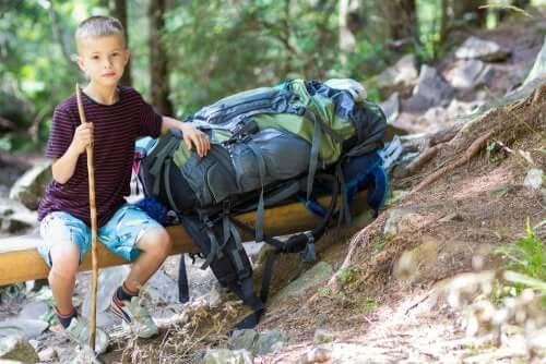 Kind mit Rucksack im Ferienlager