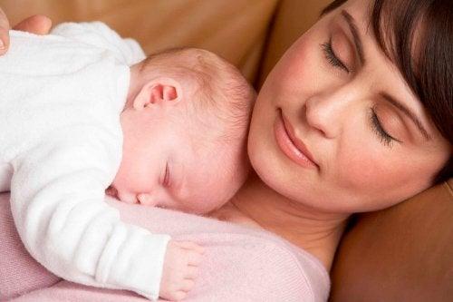 Nach der Entbindung: Mutter und Baby schlafen
