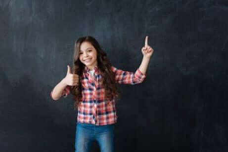 Resilienz: Fröhliches Mädchen vor Tafel