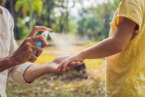Um Zeckenbisse zu vermeiden, solltest du Insektenschutzmittel auf Haut und Kleidung sprühen