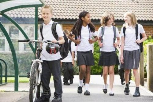 Die Vor- und Nachteile von Schuluniformen
