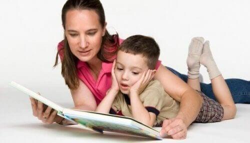 Wenn du der OPOL-Methode nachgehst, hilft es, deinen Kindern Bücher in der Zielsprache vorzulesen
