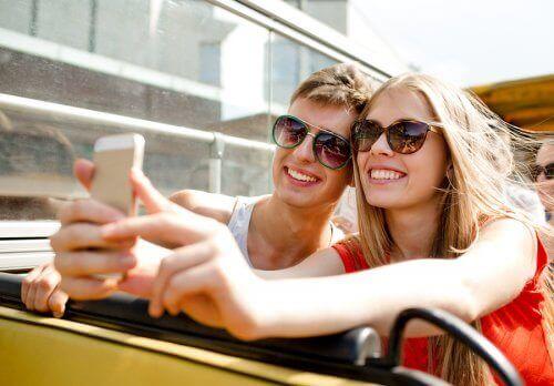 Wenn beide Partner in sozialen Netzwerken aktiv sind, ist dies eine Gemeinsamkeit für eine langfristige Beziehung