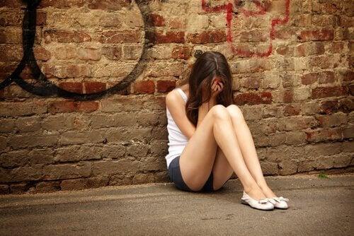 Selbstverletzendes Verhalten bei Teenagern beginnt meist aus Spaß