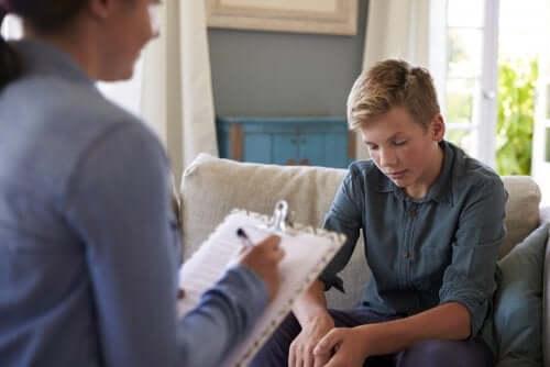 Psychologin für Jugendliche spricht mit Teenager