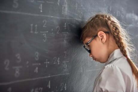 Schulversagen: Mädchen steht vor Tafel