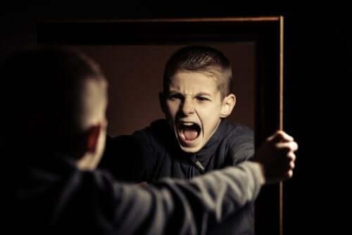 Teenager schreit sich im Spiegel an