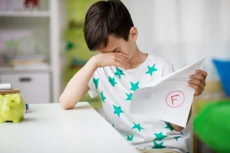 Trauriger Junge mit nicht bestandenem Test