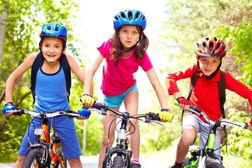 Mit sportlichen Aktivitäten kannst du einen bewegungsarmen Lebensstil bei Kindern vermeiden