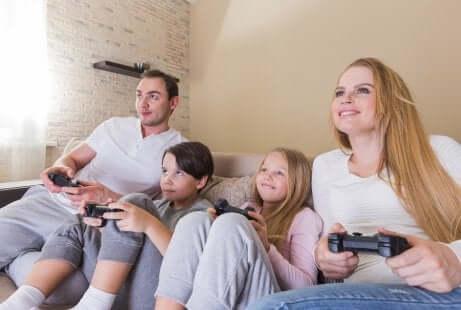 Beste Freunde? Eltern und Kinder spielen gemeinsam Videogame