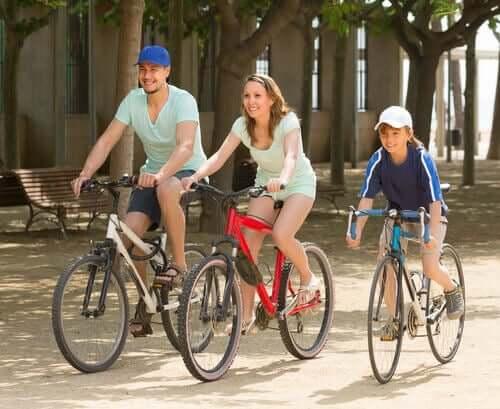 Eltern und Sohn auf Fahrrädern