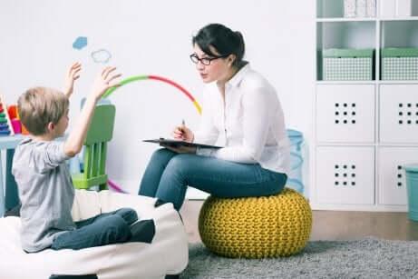 Junge beim Kinderpsychotherapeuten
