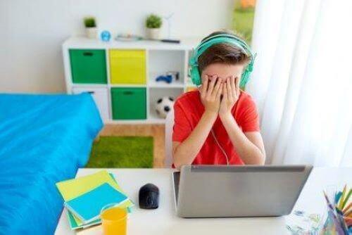 Cybermobbing teilt viele Merkmale des regulären Mobbings