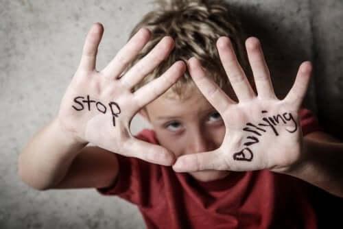 """Kind mit Schriftzug """"Stop Bullying"""" auf den Händen"""