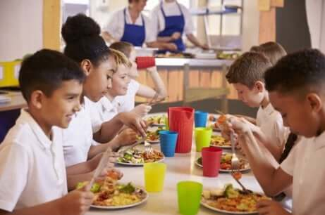 Kinder beim Schulessen