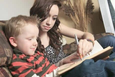 Kinderbetreuung: Junge und Kindermädchen lesen zusammen