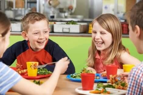 Lachende Kinder beim Schulessen
