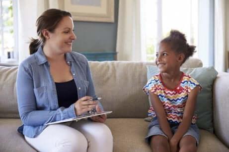 Mädchen beim Kinderpsychotherapeuten