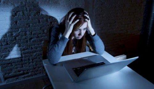 Drohung und Zwang sind beim Cybermobbing in der Schule weit verbreitet