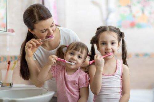Wenn du Routinen für Kinder einführst, können die Kleinen lernen, sich nach jeder Mahlzeit die Zähne zu putzen