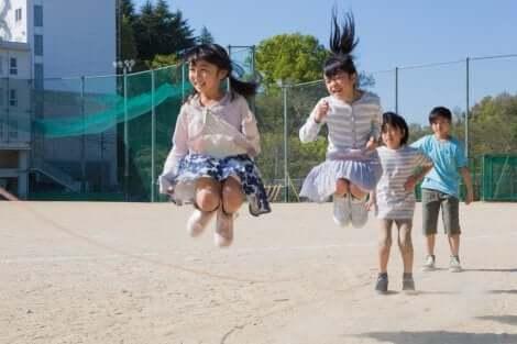Pausenverbot ja oder nein? Kinder spielen Hüpfgummi