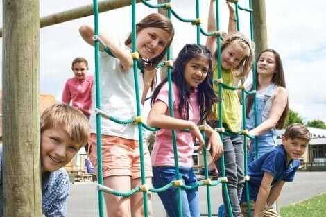 Pausenverbot ja oder nein? Spielende Kinder in der Schulpause