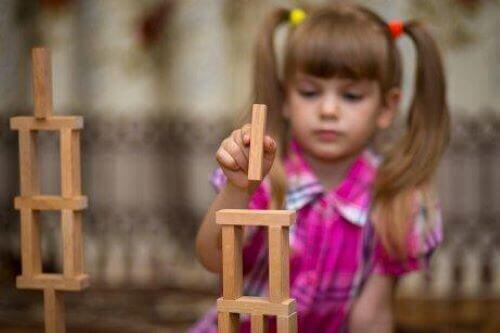 Bauklötze - Mädchen spielt mit Holzklötzen