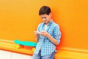 Wortschatz - Junge mit Smartphone