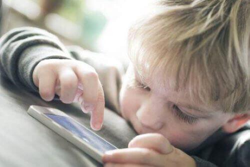 Wortschatz - kleiner Junge mit Smartphone