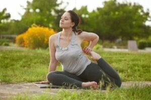 Yoga-Übungen - Frau macht Yoga in der Natur