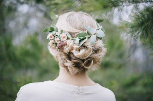 Unter allen verschiedenen Arten von Haarschmuck mit Blumen, glauben wir, dass die Halbkrone unter Bräuten am häufigsten verwendet wird