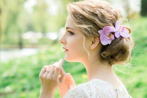 Haarschmuck mit Blumen: Romantischer Look für die Braut