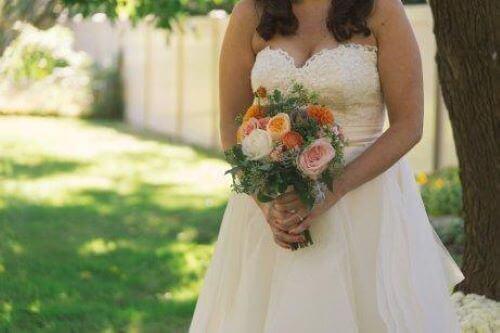 Wenn die Braut sich an ihrem Hochzeitstag Weiß kleidet, möchte sie Reinheit, Unschuld und Offenheit ausdrücken.